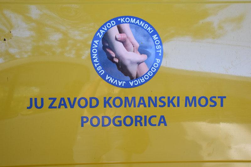 """Juče je realizovana još jedna donacija u garderobi i obući korisnicima """"Komanskog mosta"""""""